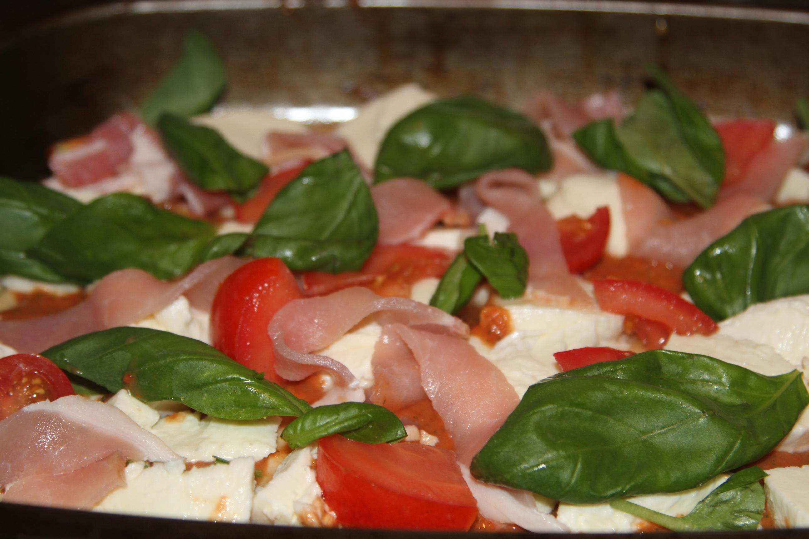 pizza z bekonem i mozzarellą
