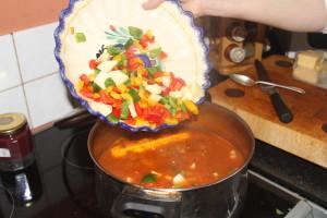 zupa kulaszowa z paprykami i kolendrą
