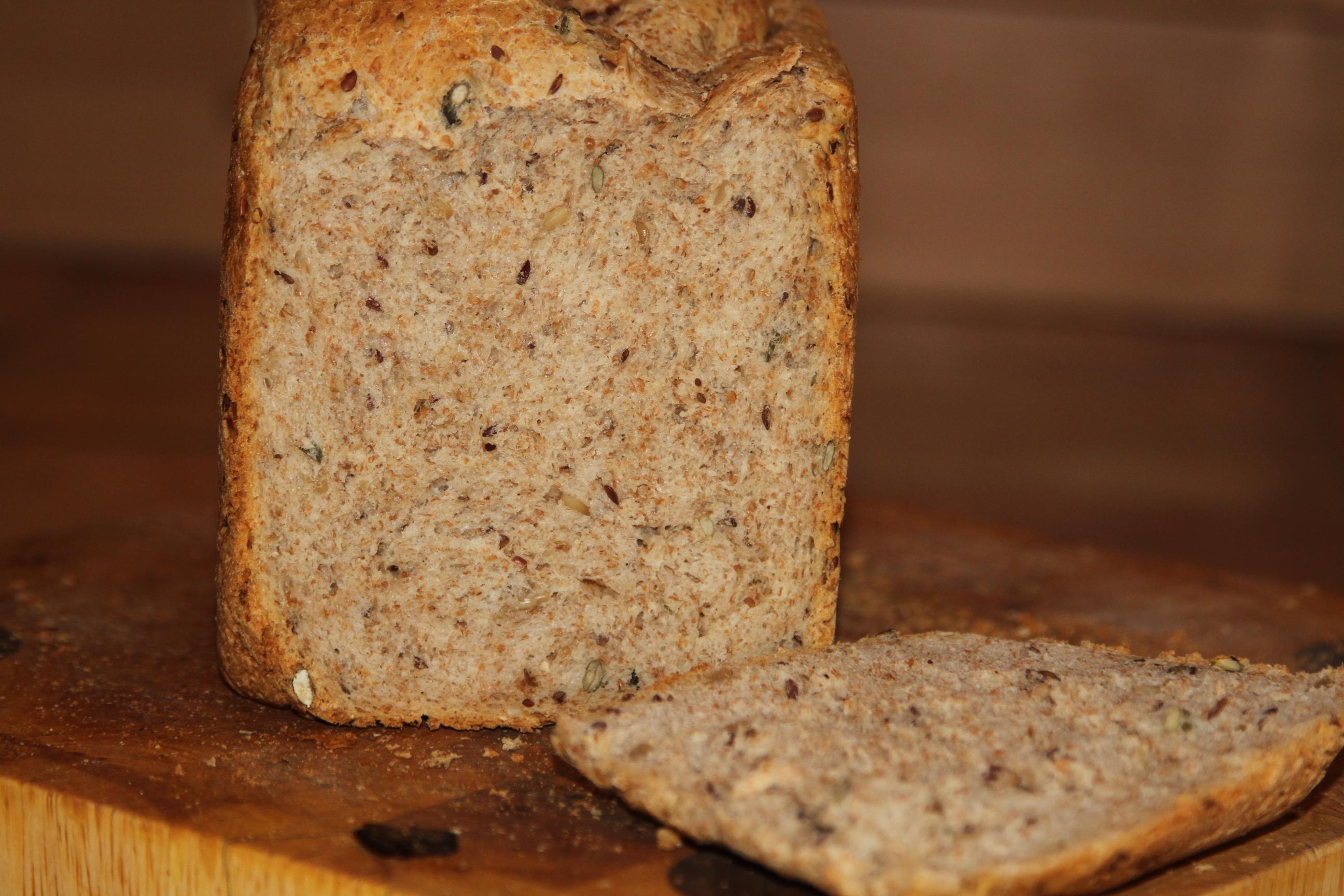 chleb z mąki pełnoziarnistej i pszennej