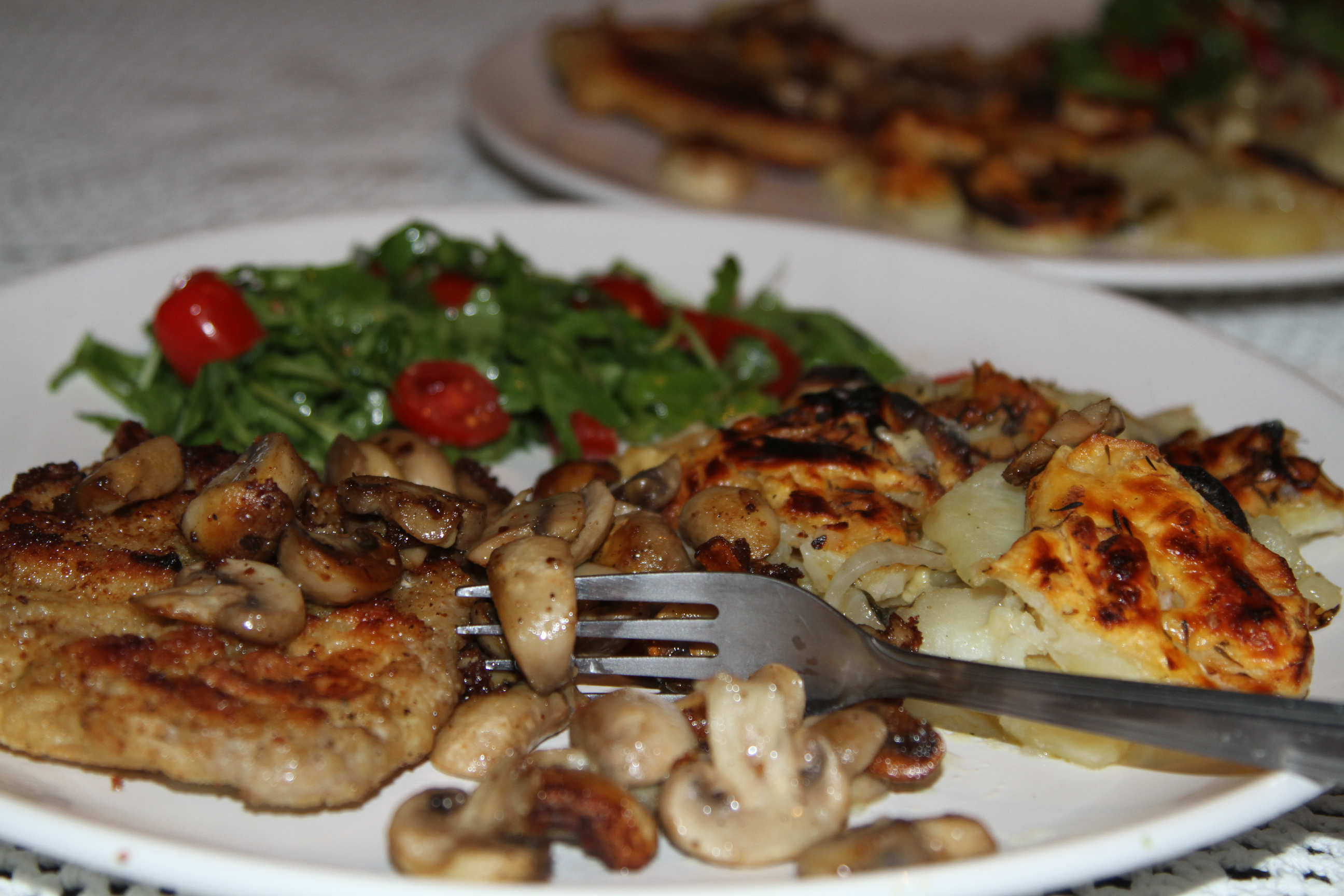 ziemniaki zapiekane z serem i schabowy