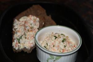 sałatka z łososiem i oliwkami