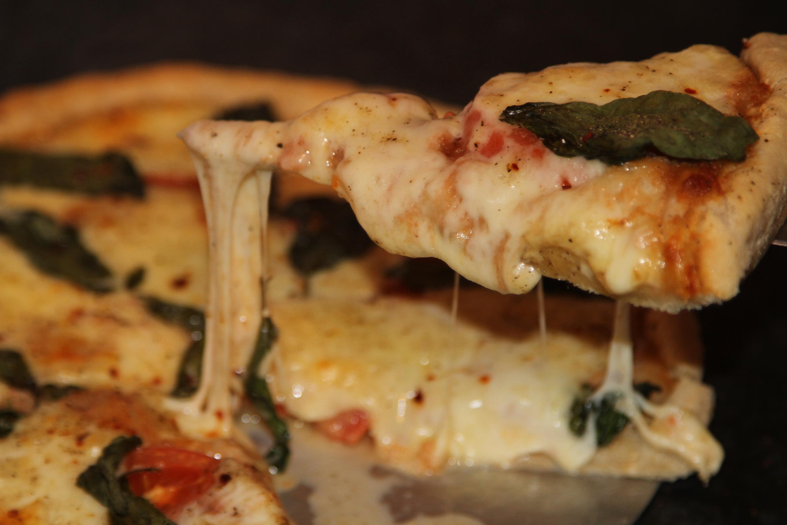 Pizza z ciągnącym serem