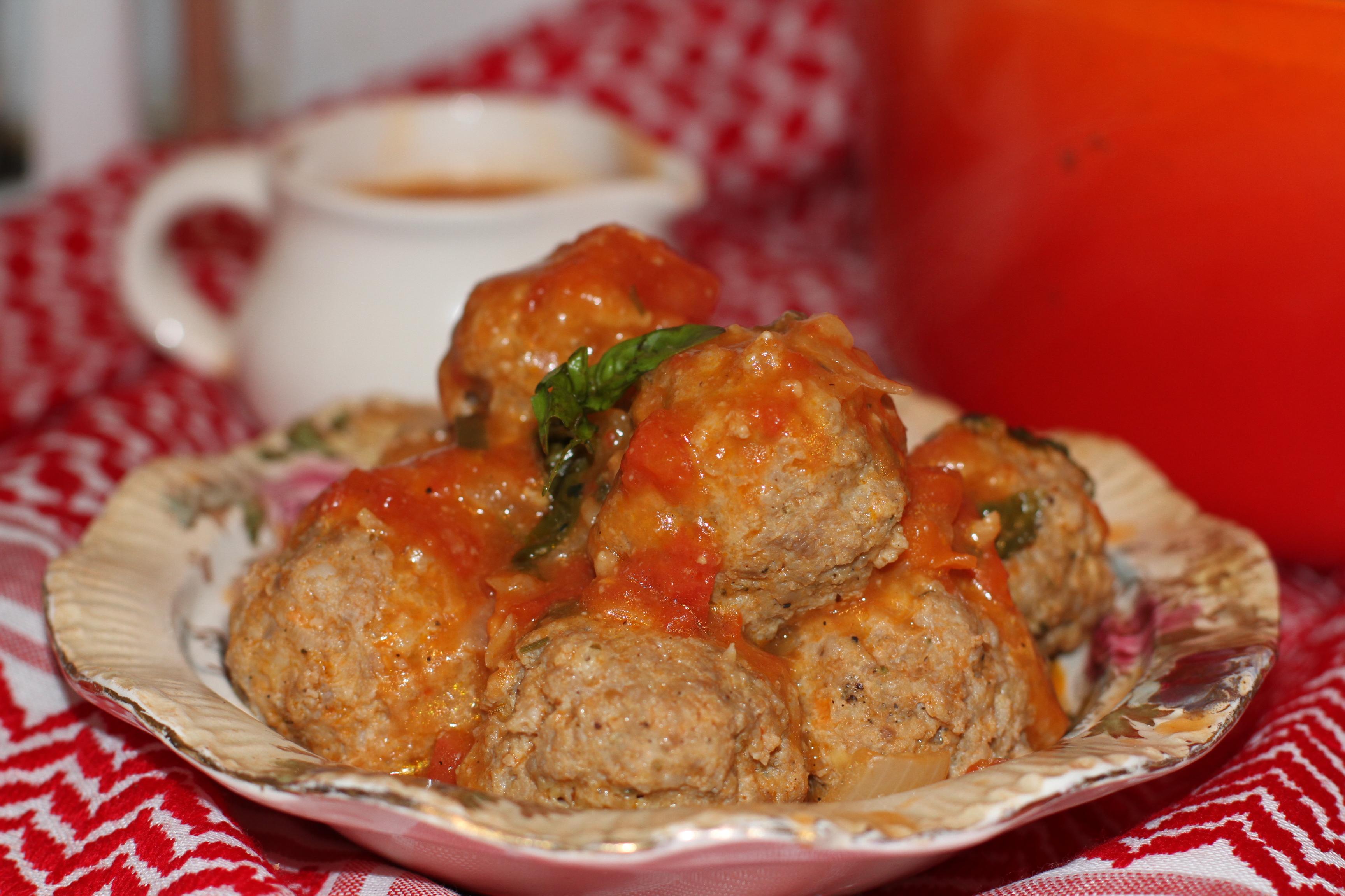 klopsy gotowane w sosie pomidorowo-bazyliowym
