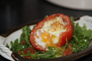 jajka pieczone w pomidorach
