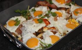 Ziemniaki zapiekane z piekarnika z jajkiem i chrupiącym boczkiem