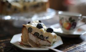 Ciasto z jagodami i masą bezową